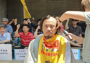 輔仁大學心理系系主任何東洪於立法院外落髮,展現抗爭決心。圖/董容慈攝