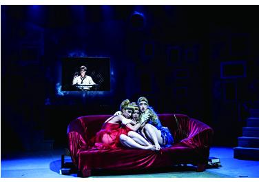 台藝大戲劇系學生上演《魚人》,以非寫實風格呈現強姦劇情,探討受害者心境。 圖╱台藝大戲劇系學生提供