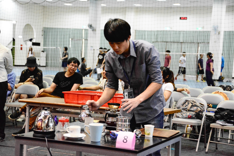 第三屆 TISCA全國學生手沖咖啡競賽,由中央大學咖啡研究社王章翰奪冠 。圖/陳雅文攝