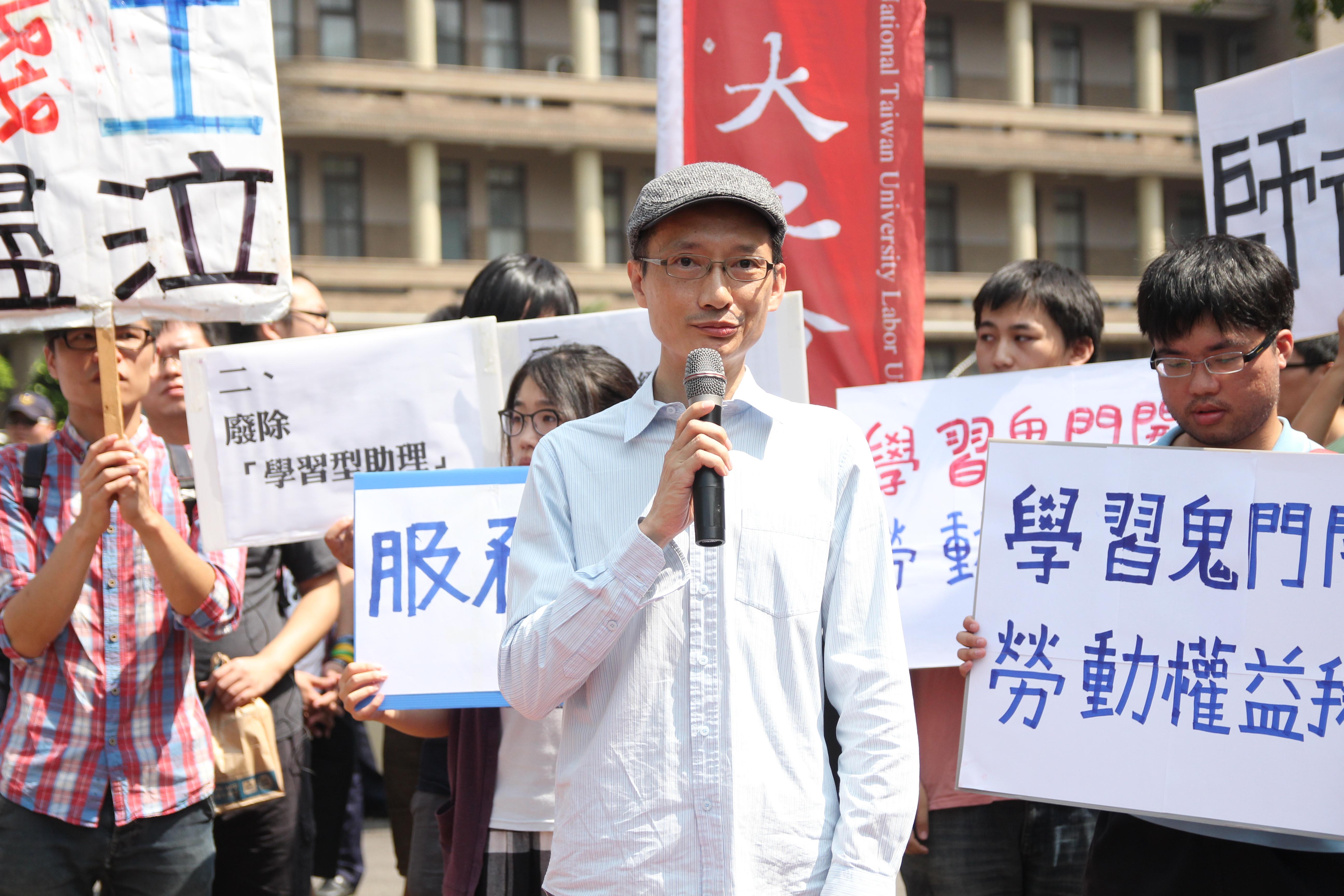 台師大英語系教授黃涵榆不滿校方以預算限制迫使老師只能聘用學習型助理,因此決定站出來抗議。 圖/張方慈攝