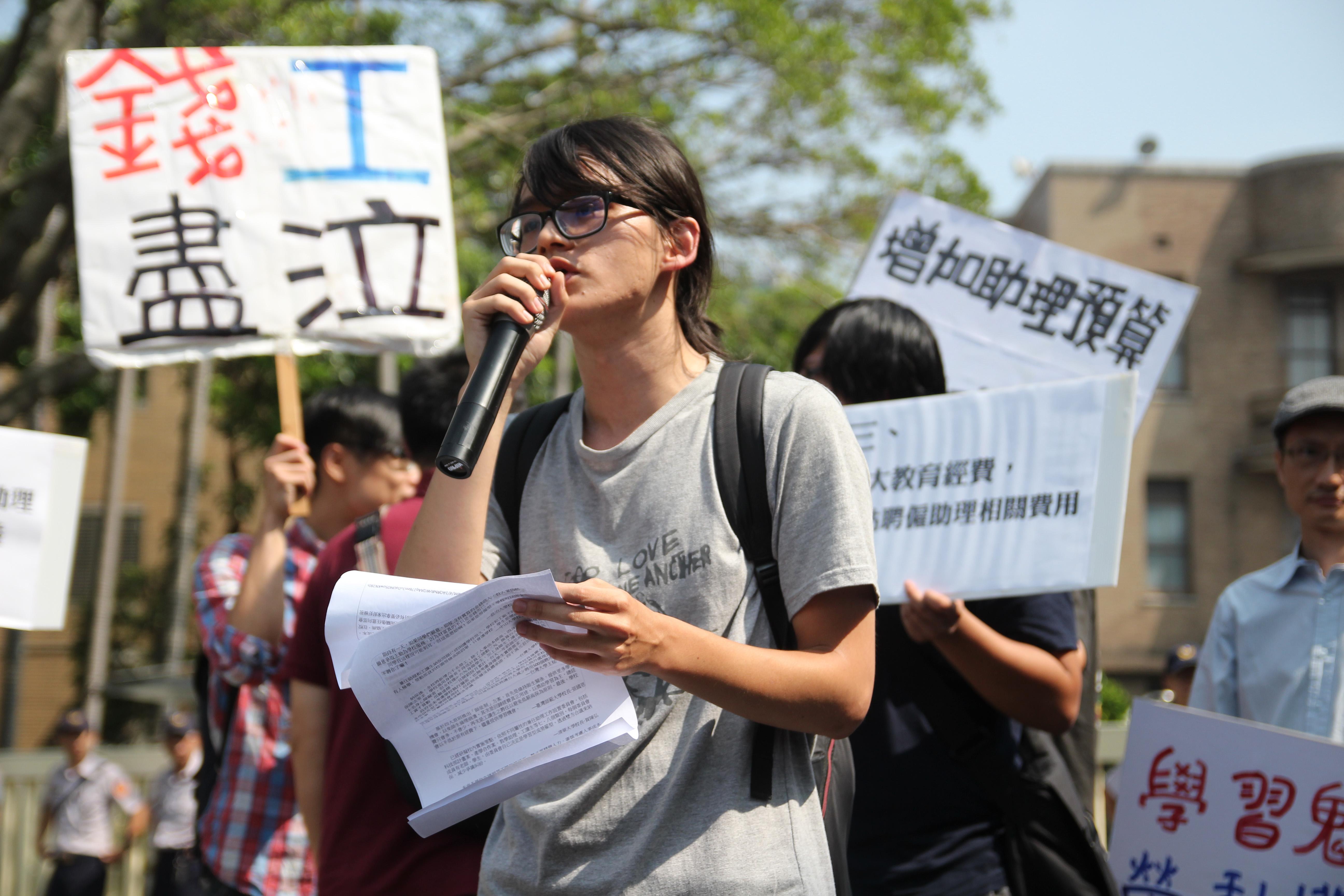 政大社會所學生吳昭儒表示,行政院容若許各大學制定不合理的制度,將導致全台近六萬名的學生助理,失去《勞基法》保障。 圖/張方慈攝