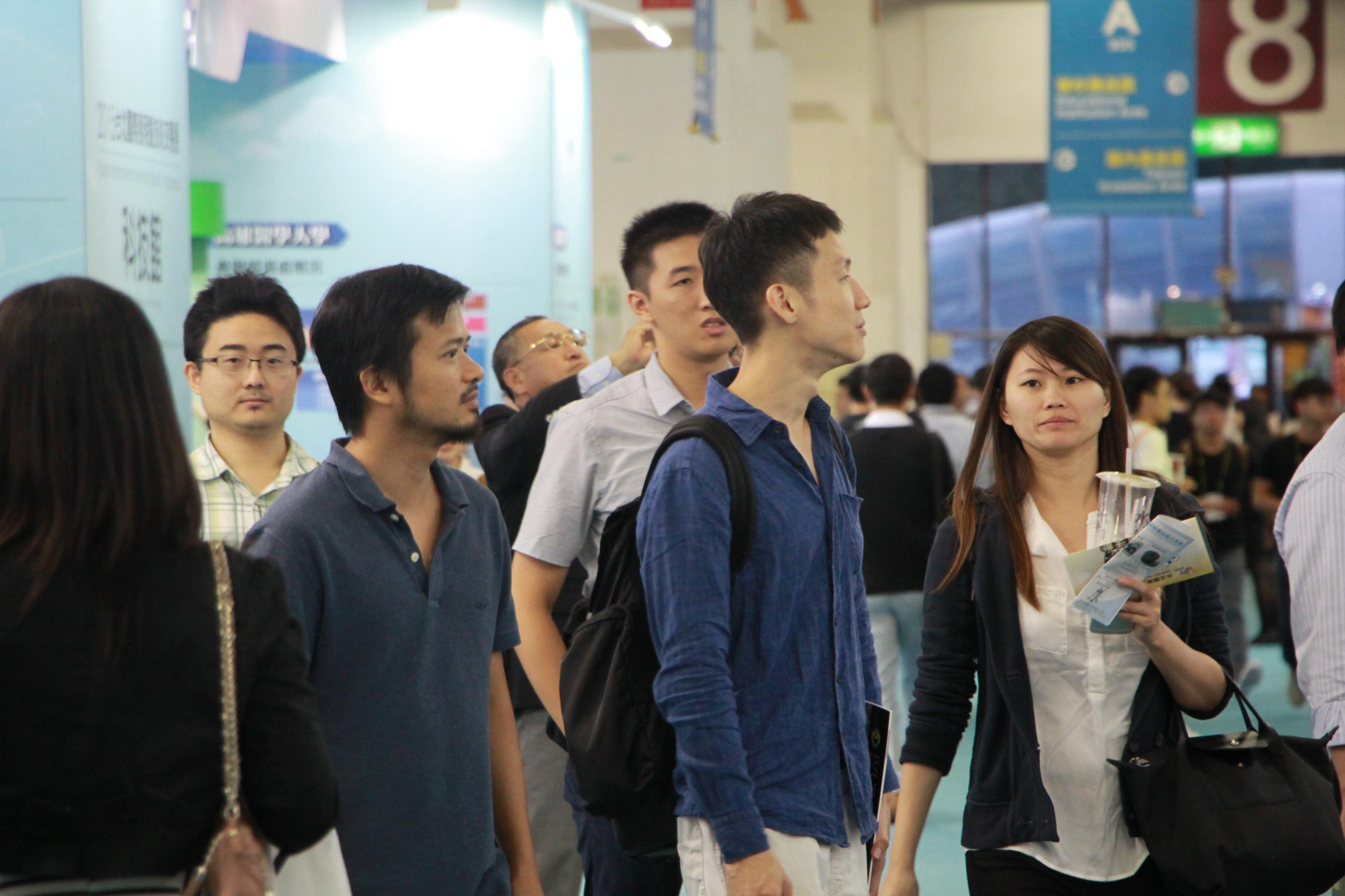 人潮眾多 民眾在展覽中找尋有興趣的發明專利 (圖/黃婕攝)