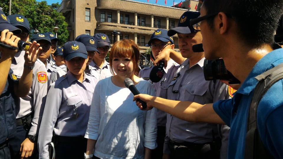 行政院教育科學處科長在警方保護下出面和學生協調。 圖/高教工會提供