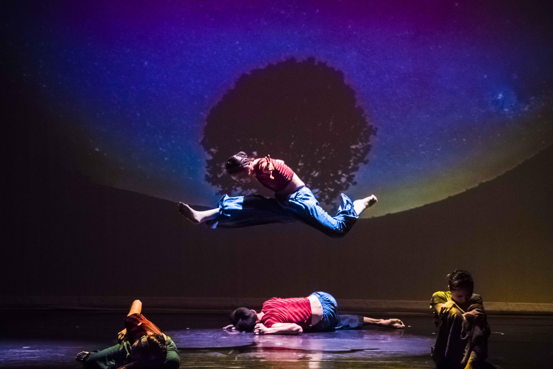 舞者以現代舞蹈詮釋「迷航」時的迷惘。 圖/東吳大學親善民族爵士舞團提供