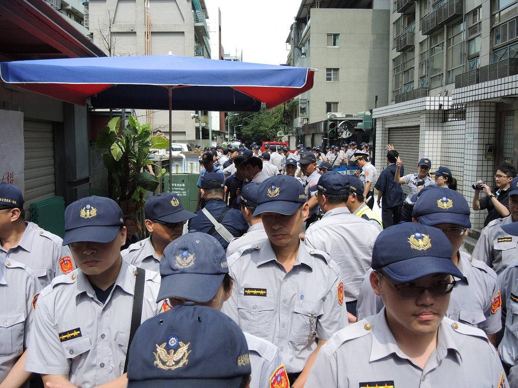 6月3日,韓國工人赴總統府陳情的同時,警方至何壽川住家前集結,拆除現場帳棚及裴宰炯靈堂,當時現場僅有十餘名抗爭者留守。 圖/宋小海攝