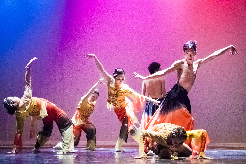 舞者以民族舞蹈細膩的手部動作與身段來詮釋「鳥」的意象。 圖/東吳親善爵士民族舞團提供