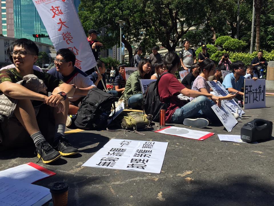 抗議學生於行政院前靜坐,表達不滿。 圖/高教工會提供