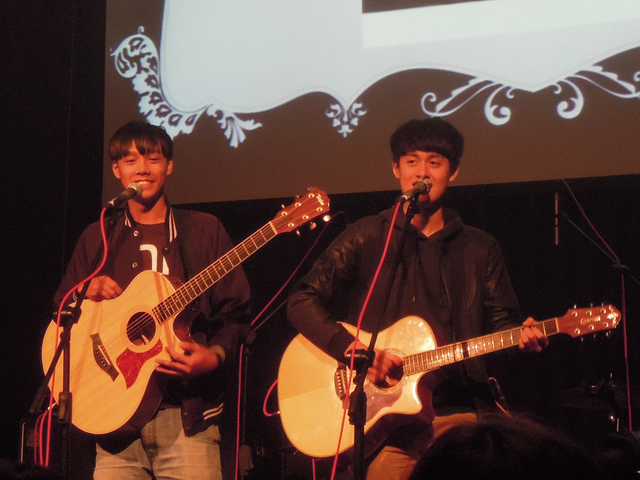 演出團體Savulu & Laway在台上與觀眾互動。 圖/鄭晏欣攝
