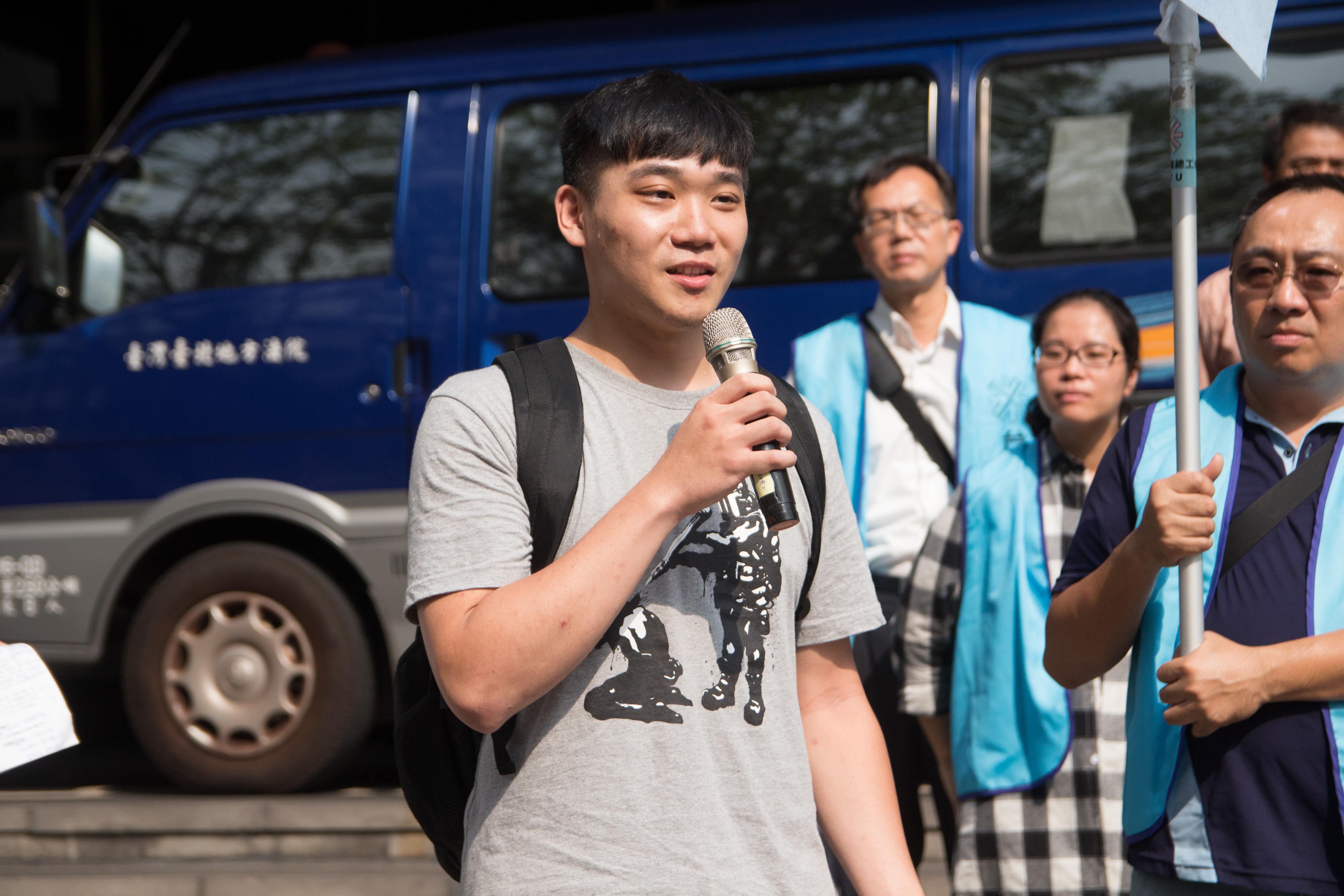 楊尚恩表示,警方清場時將他的置冰箱拿走,他要求歸還,警方表示物品在公務車上,於是他上車取物,結果就被依妨礙公務逮捕。 圖/張方慈攝