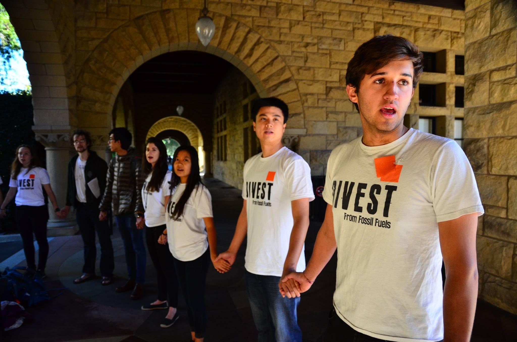 史丹佛無石油組織學生牽手抗議。圖/無石油組織粉絲專業提供