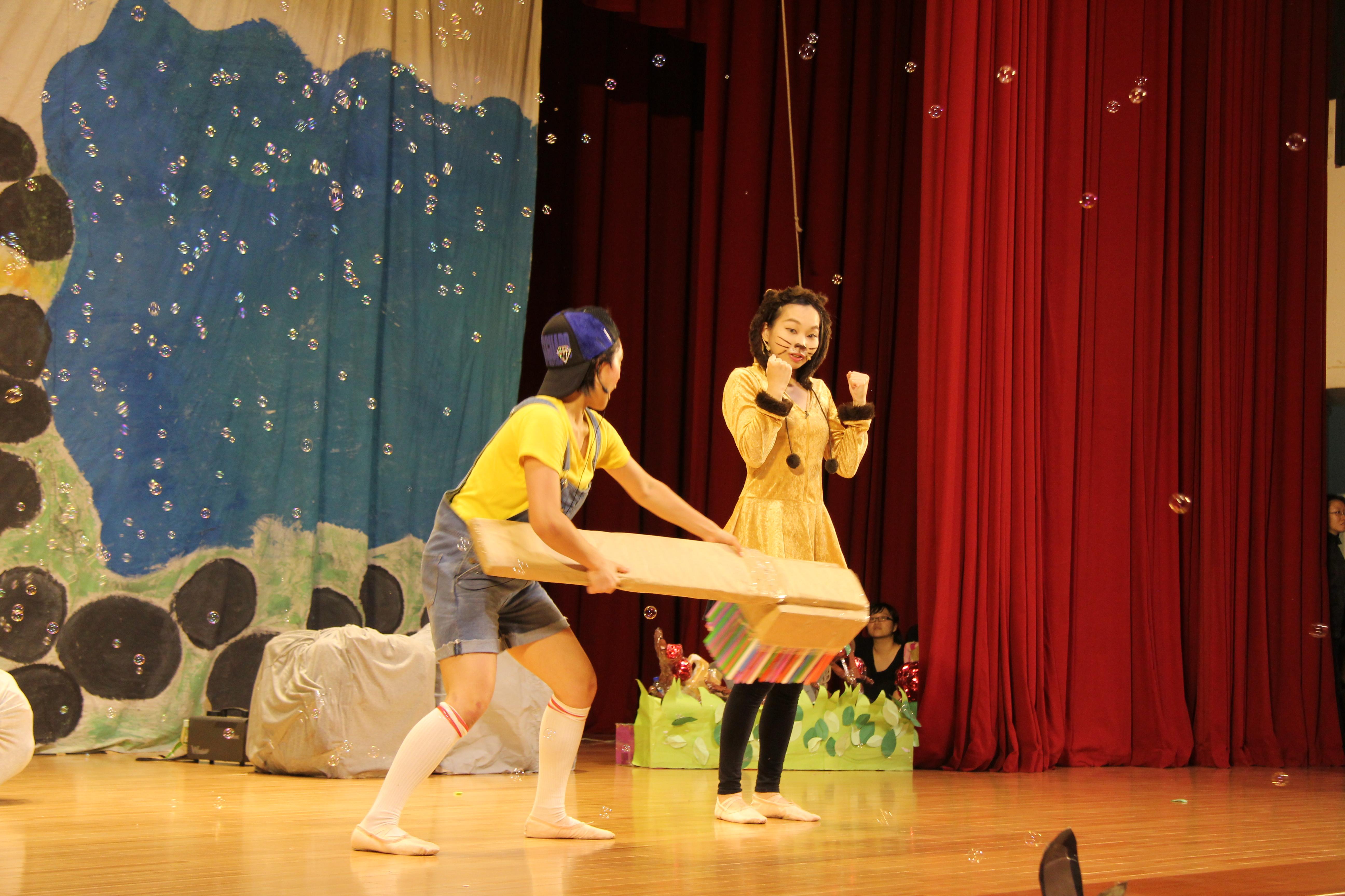 劇中弟弟幫獅子玩偶洗澡,並以帶動唱方式與台下小朋友們互動。 圖/鄭晏欣攝