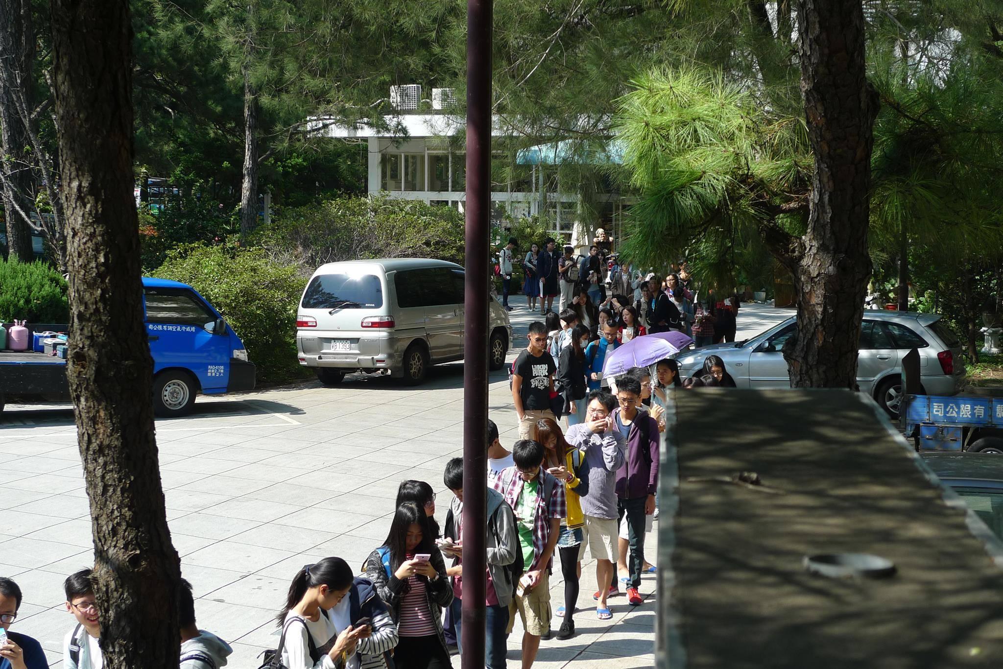 清華大學自10月調整校園公車時刻表後,經常造成等隊伍過長,或是持續上不了車的狀況。 圖/清華大學學生會提供