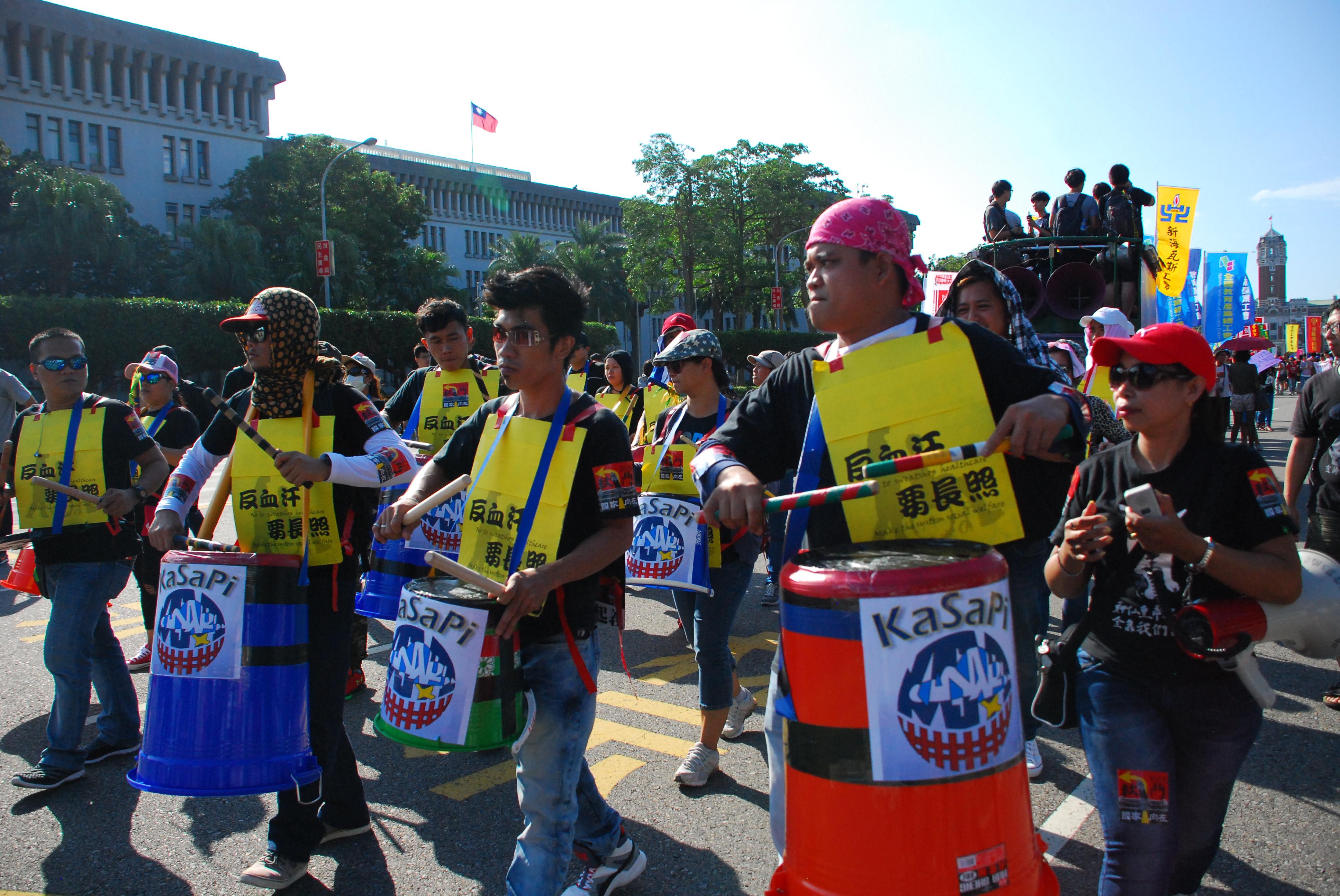 外籍移工組成鼓隊,靠著休假日練習打鼓,上街爭取權益。 圖/鄭晏欣攝