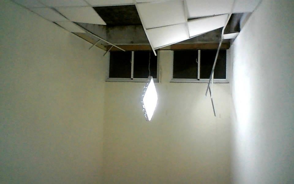 台大水源系館天花板掉落。 圖/張斐昕提供