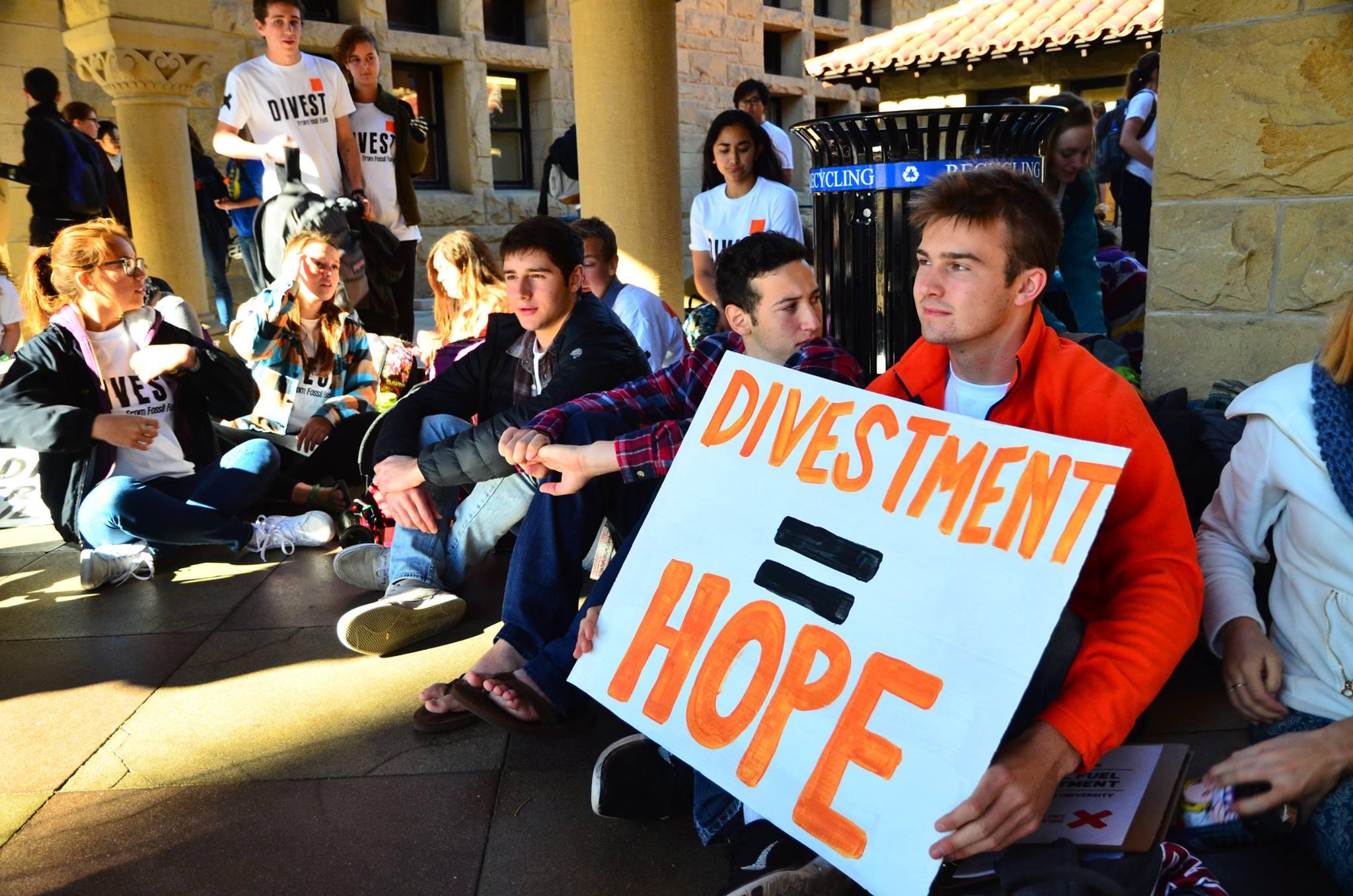 史丹佛無石油組織在學校辦公大樓旁靜坐抗議。圖/無石油組織粉絲專業提供