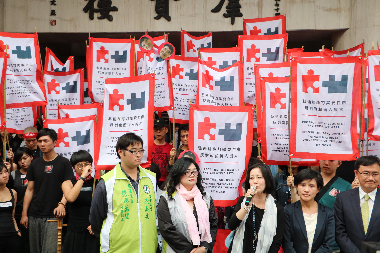 立委在立法院前接受南藝大學生的陳情。 圖/黃婕攝