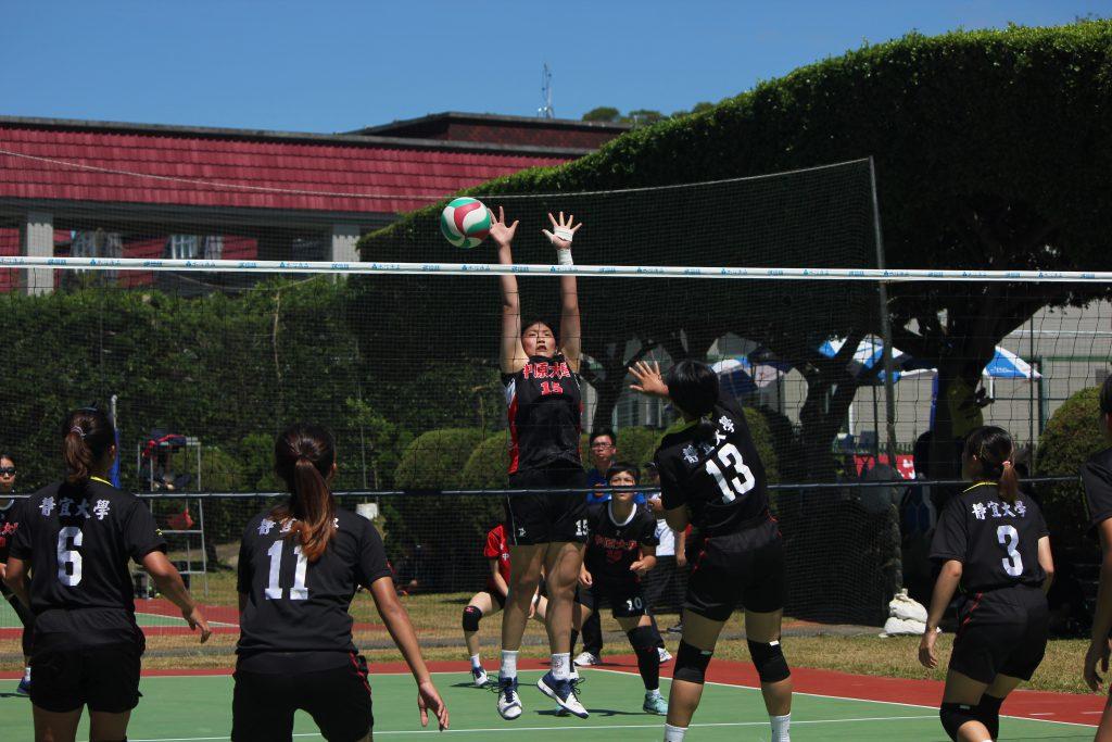 大專女子組決賽開打,靜宜大學與中原大學雙方攻勢猛烈,互不相讓。 圖/白欣攝