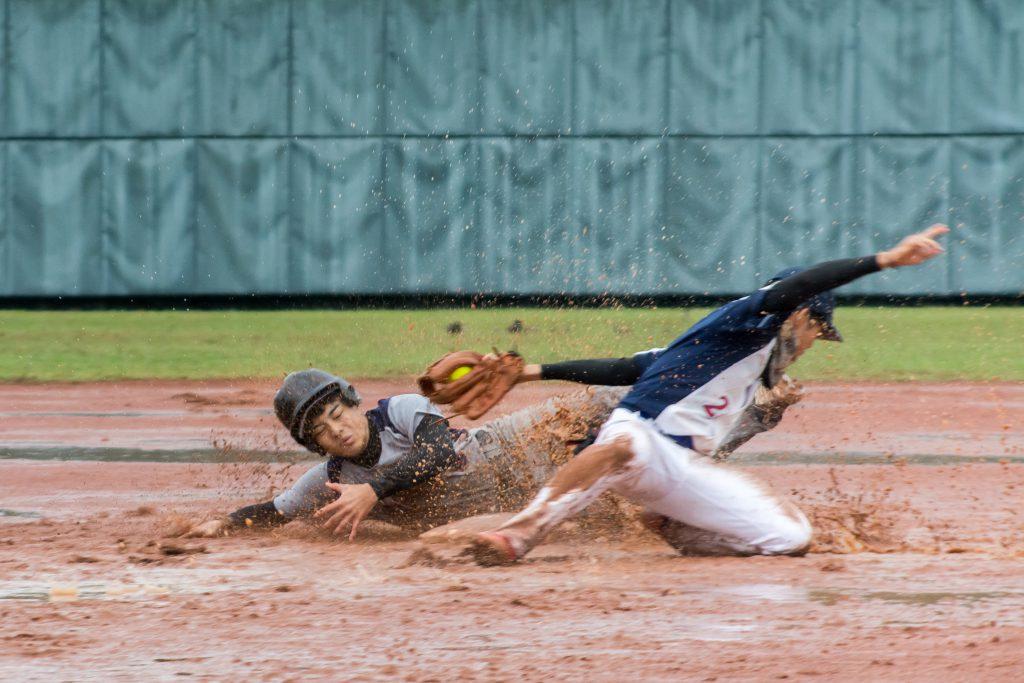 中華民國大專校院 108 學年度壘球錦標賽最終戰於6日開打,面對著惡劣天氣,選手們仍然卯足全力拚冠軍。 圖/臺大男壘提供